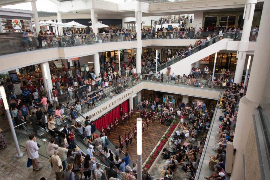 People+crowd+the+mall+in+attempts+to+get+the+most+out+of+Black+Friday+Sales.+Photo+by+Flikr+Creative+Commons