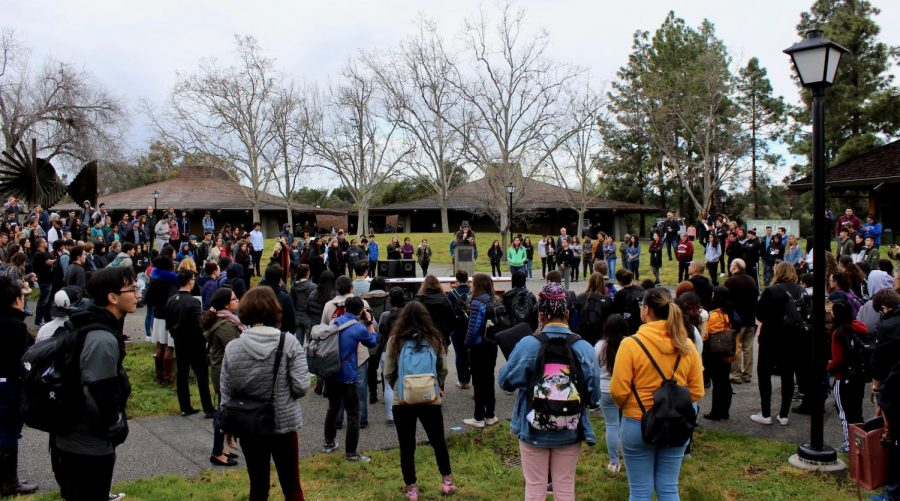 The+Foothill+College+community+listens+to+speeches+from+students+and+educators+during+the+17+minute+National+School+Walkout.