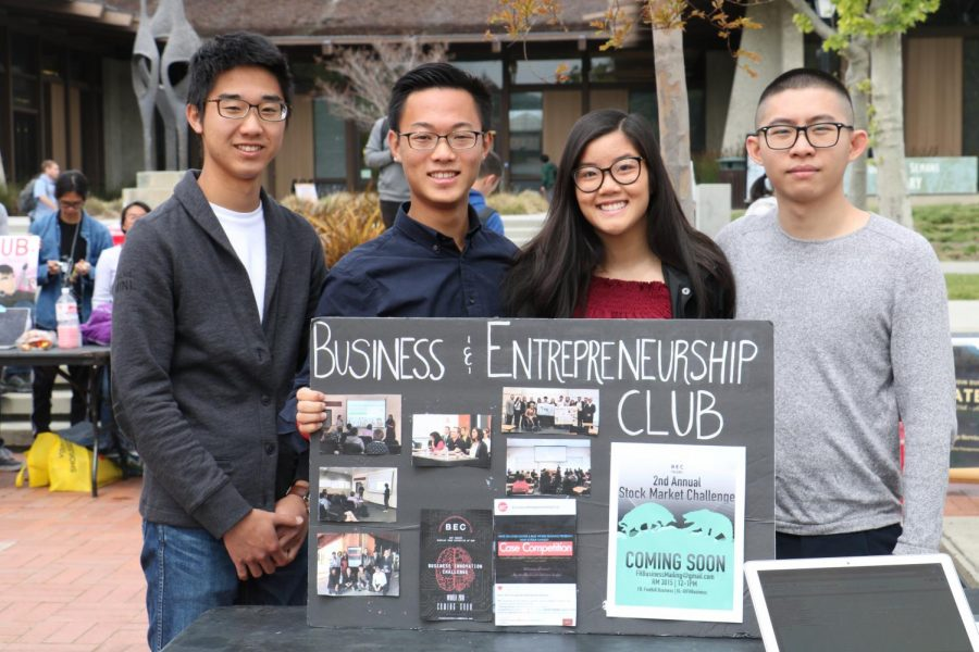 Leaders+of+the+Business+Entrepreneurship+Club+invite+students+to+sign+up+during+club+day.+